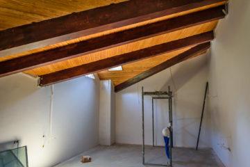 Преобразуване на подпокривно пространство с видим дървен гредоред